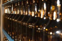 Pila enorme de botellas de cristal vacías en la tabla azul Fotografía de archivo libre de regalías