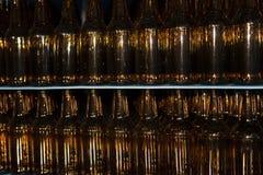 Pila enorme de botellas de cristal vacías en la tabla azul Foto de archivo