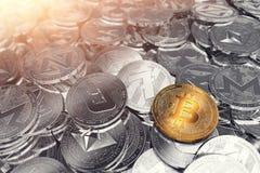 Pila enorme de cryptocurrencies físicos con Bitcoin en el frente como el líder del nuevo dinero virtual ilustración del vector