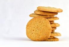 Pila escalonada de galletas de mantequilla hechas en casa de cacahuete con una que descansa contra él foto de archivo libre de regalías