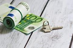 Pila euro del dinero y una llave Foto de archivo