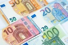 Pila fondo dei soldi di parecchie di euro banconote Immagini Stock