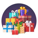 Pila grande de cajas de regalo envueltas coloridas Foto de archivo