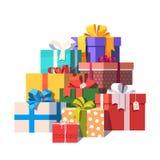 Pila grande de cajas de regalo envueltas coloridas Fotografía de archivo libre de regalías