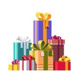 Pila grande de cajas de regalo envueltas coloridas Imagenes de archivo