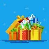 Pila grande de cajas de regalo envueltas coloridas Porciones de presentes Imagen de archivo libre de regalías