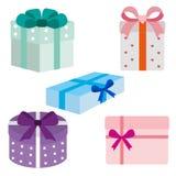 Pila grande de cajas de regalo envueltas coloridas Porciones de presentes Ejemplo plano del estilo aislado en el fondo blanco Foto de archivo libre de regalías