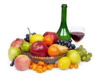Pila grande de fruta y de vino rojo Imagen de archivo libre de regalías
