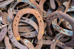 Pila grande de herraduras usadas oxidadas Fotos de archivo