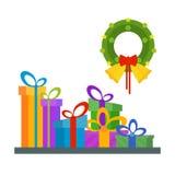 Pila grande de las cajas de regalo envueltas coloridas, porciones de presentes Verde Fotos de archivo