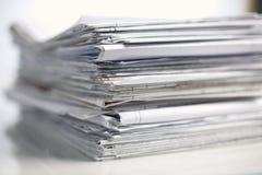 Pila grande de los papeles, documentos en el escritorio Imagenes de archivo