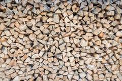 Pila grande de registros de madera de abedul almacenados para el invierno Foto de archivo