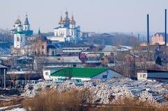 Pila grande de registros y de dos iglesias Tyumen Rusia Imagen de archivo