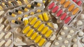 Pila grande de top del sypitsya de las píldoras Slou MES de muchas medicaciones almacen de metraje de vídeo