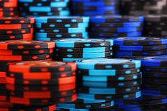 Pila grande del fondo del casino de fichas de póker coloreadas foto de archivo