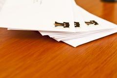 Pila horizontal de cartas Fotos de archivo libres de regalías