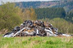Pila inútil de la descarga del material plástico de la litera de la basura de los desperdicios imagen de archivo libre de regalías