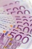Pila isometrica verticale di soldi con 500 euro banconote Fotografia Stock