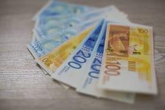 Pila israeliana dei soldi di nuove banconote israeliane delle fatture di soldi dello shekel 50, 20, 100 e 200 Nuova serie israeli fotografie stock