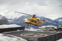 PILA, ITALIA 29 DE MARZO DE 2018: el helicóptero del rescate maneja un emergenc Imágenes de archivo libres de regalías