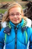 Pila linda de la muchacha, de la sudadera con capucha y de madera Foto de archivo libre de regalías