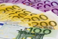 Pila macra de dinero con 100 200 y 500 billetes de banco euro Foto de archivo libre de regalías