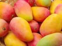 Pila madura del mango en la cesta fotografía de archivo