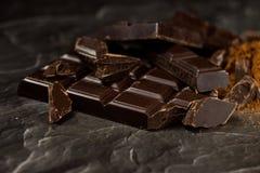 Pila, microprocesadores y polvo oscuros del chocolate Foto de archivo libre de regalías