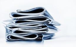 Pila monocromática azul de papeles del negocio, legales o del seguro fotografía de archivo