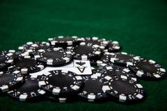 Pila negra de la ficha de póker con el as de espadas Imagen de archivo libre de regalías