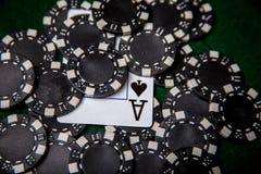 Pila negra de la ficha de póker con el as de espadas Imágenes de archivo libres de regalías