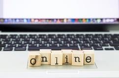 Pila online di espressione sul computer portatile Fotografia Stock
