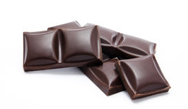 Pila oscura de las barras de chocolate con las migas Fotografía de archivo libre de regalías