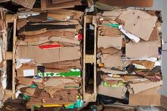 Pila presionada mercado de empaquetado del papel usado de la cartulina Fotos de archivo libres de regalías