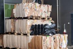 Pila presionada mercado de empaquetado del papel usado de la cartulina Imagenes de archivo