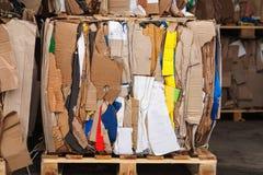Pila presionada mercado de empaquetado del papel usado de la cartulina Foto de archivo