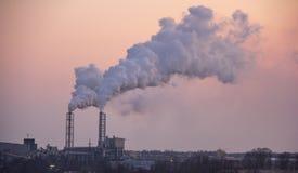 Pila que fuma de la chimenea Tema de la contaminación atmosférica y del cambio de clima imagen de archivo
