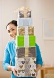 Pila que lleva de la mujer de regalos de cumpleaños festivos imagen de archivo