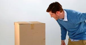 Pila que lleva del hombre de cajas de cartón contra el fondo blanco 4k almacen de video