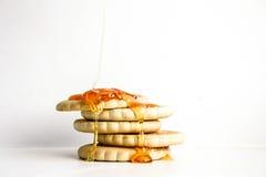 Pila redonda de la galleta de la galleta Un descenso de la miel pegajosa Fotos de archivo libres de regalías