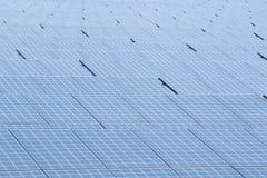 Pila solare dei pannelli solari in azienda agricola solare immagini stock libere da diritti