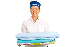Pila sonriente de la tenencia de la criada de hoja de cama imágenes de archivo libres de regalías