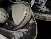 Pila usadas de zapatillas de deporte Fotos de archivo