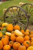 Pila vegetal Autumn Pumpkins October del carro viejo de la escena de la granja Imagen de archivo libre de regalías