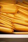 Pila vertical de sobres de envío rellenados Fotografía de archivo
