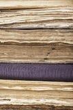 Pila verticale del fondo di primo piano dei vecchi libri Immagini Stock