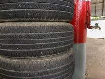 Pila vieja del neumático de coche en el garaje imagen de archivo libre de regalías