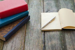 Pila y cuaderno de libros Imagenes de archivo