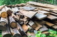 Pila y registros de madera usados del fuego Fotografía de archivo