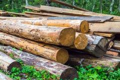 Pila y registros de madera usados del fuego Imagenes de archivo